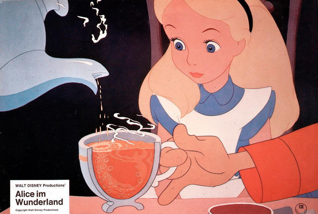 Клайд Джероними, Уилфред Джексон, Хэмильтон Ласки, 1951. Диснеевская Алиса - один из культовых персонажей концерна, наряду с Микки-Маусом, Белоснежкой и другими. Ей посвящены некоторые из аттракционов в Диснейленде