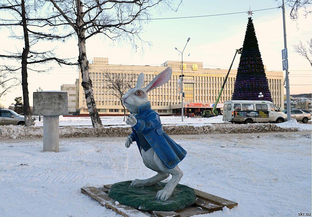 Южно-Сахалинск: Герои страны чудес переехали от Дома правительства к Чехов-центру