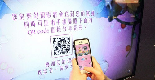 Из метро Гонконга можно отправить открытку с Алисой