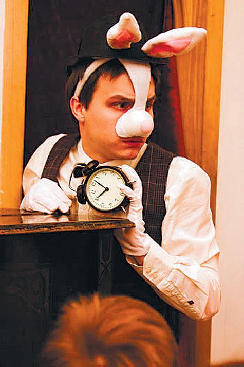 В Булгаковском доме поставили детский интерактивный спектакль по мотивам сказки Кэрролла