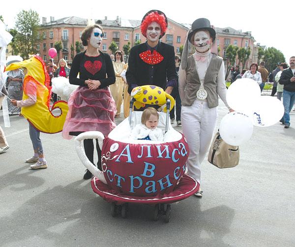 26 июля в Северодвинске состоялось карнавальное шествие, которое замыкал традиционный парад детских колясок.