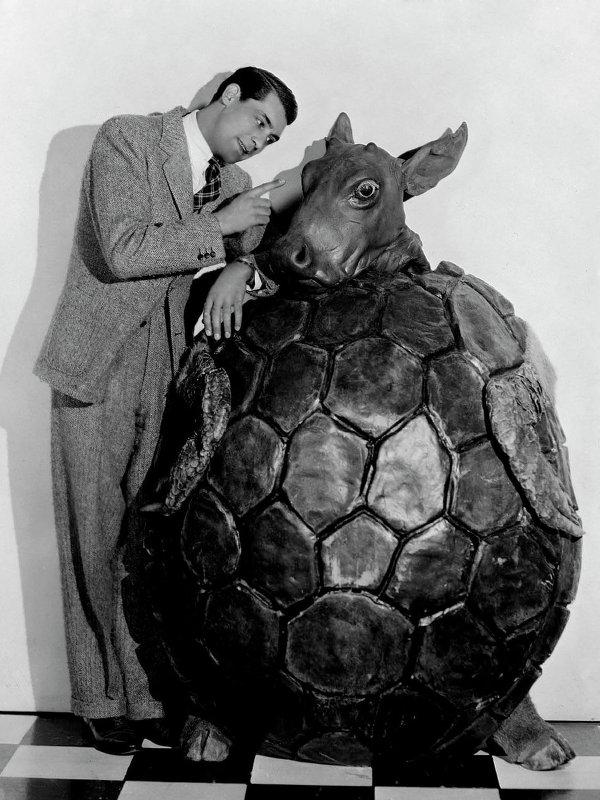 """Кэри Грант рядом с костюмом черепахи Квази на съемках фильма """"Алиса в стране чудес"""" 1933 года"""