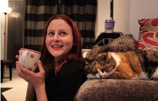 """Свое кафе Пирс решила назвать Lady Dinah""""s Cat Emporium, в честь котенка из """"Алисы в стране чудес"""" Льюиса Кэрролла."""