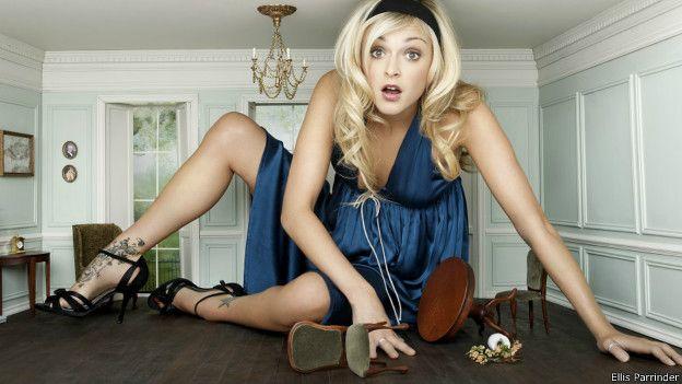 Популярная британская теле-и радиоведущая Ферн Коттон тоже примерила на себя образ уменьшившейся в размерах Алисы
