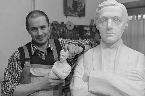 Автор бюста Кэрролла - Денис Петров, московский скульптор и реставратор, член Московского союза художников
